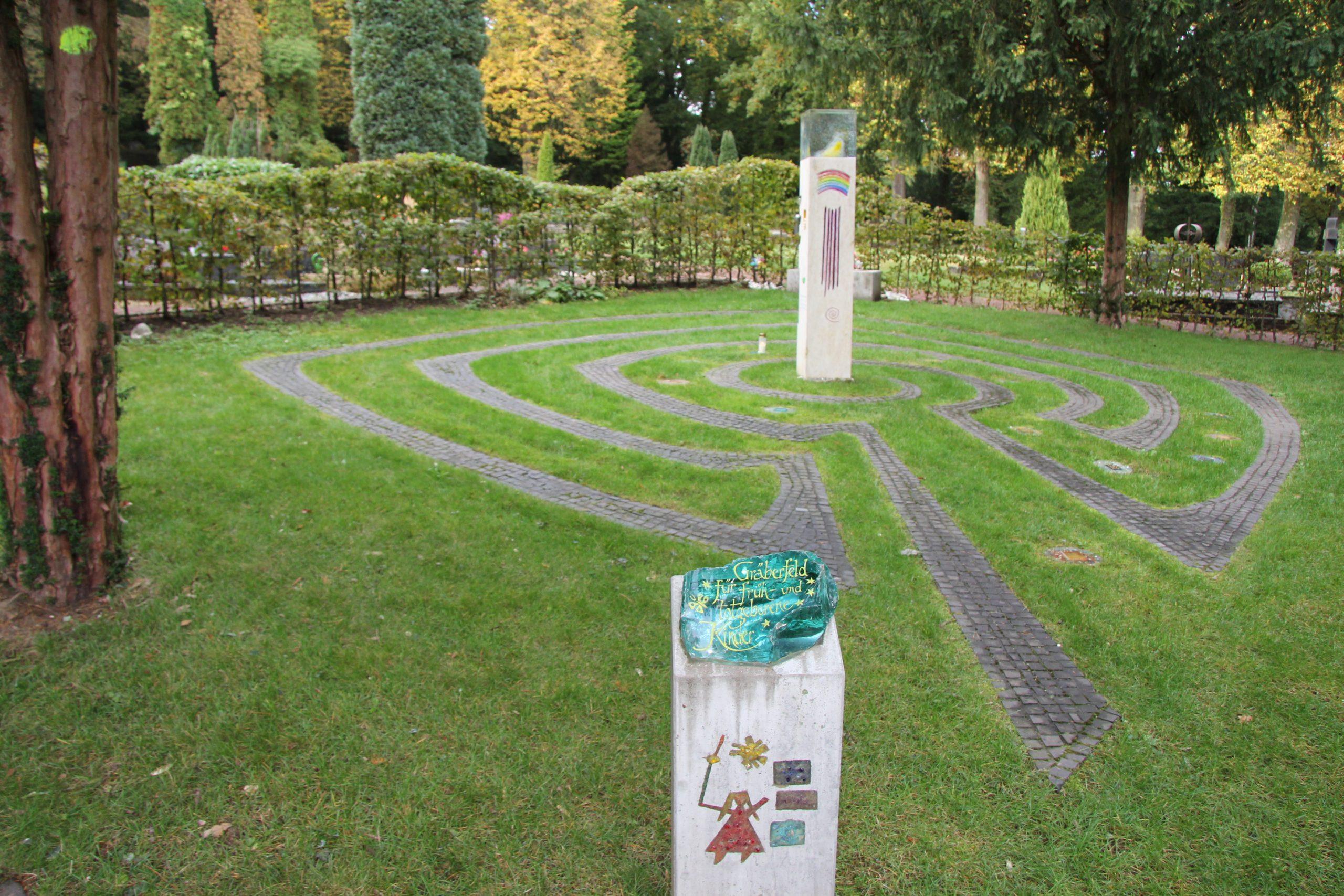 Erneuerung der Rasenfläche des Sternenfeldes auf dem Friedhof Neue Welt